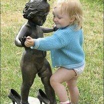 Забавные фото возле памятников