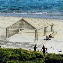 Обман зрения на песочном пляже фото