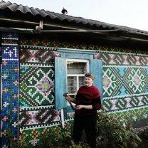 Украшение дома пластиковыми крышками