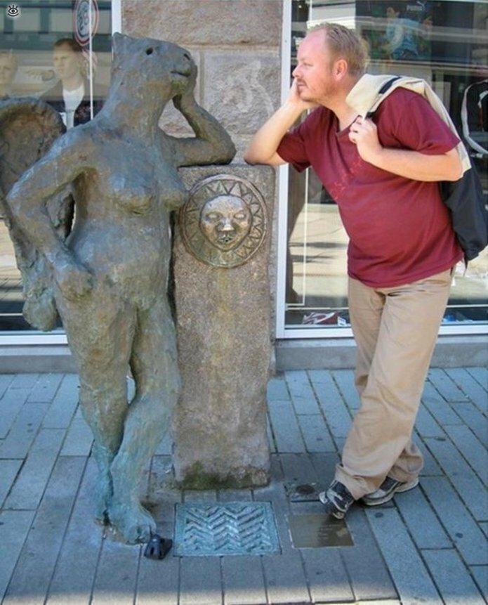 Смешные фото с памятниками 5