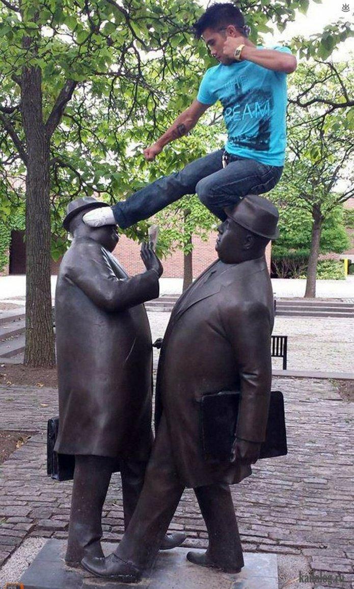 Смешные фото с памятниками 8