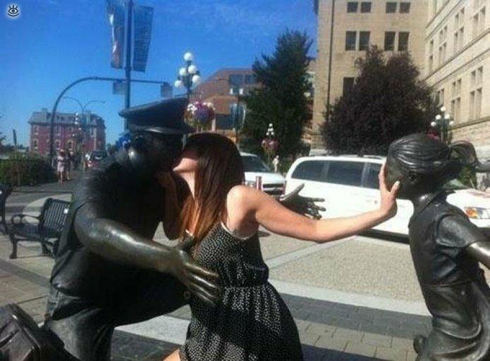 Смешные фото с памятниками 23