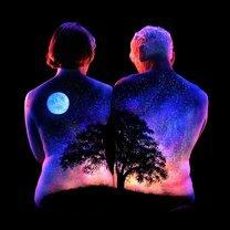 Люминесцентные пейзажи на обнажённом теле фото