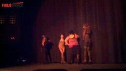 Смотреть Неудача девушки во время танца