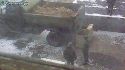 Разгрузка песка по-военному смотреть видео прикол - 3:33