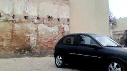 Смотреть Легковушка свалила стену