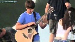 Удивительный гитарист смотреть видео - 2:13