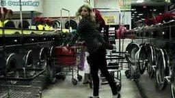 Смотреть Девушка танцует у всех на виду