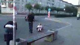 Смотреть Девушку сбросило с багажника