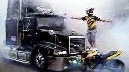Смотреть Мотоциклист против грузовика