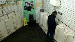 Смотреть Разговорчивый мужик в туалете