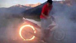 Смотреть Воспламенил колесо у мотоцикла