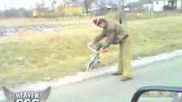 Смотреть Пьяный на велосипеде