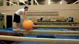 Смотреть Недуачное балансирование на мяче