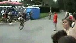 Смотреть Блондинка на велосипеде