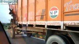 Суровый грузовик в Индии смотреть видео - 0:22