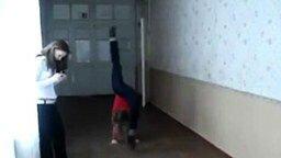 Девушка исполняет трюки смотреть видео прикол - 0:08