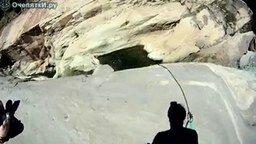 Смотреть Прыжок с водопада вниз