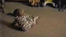 Малыш против котёнка смотреть видео прикол - 1:02