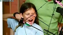 Вырываем зуб при помощи лука смотреть видео прикол - 1:02