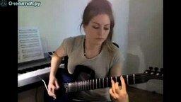 Смотреть Девушка играет на электрогитаре