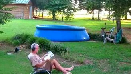 Смотреть Выстрел в надувной бассейн