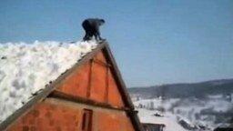 Смотреть Прыжок с крыши в сугроб