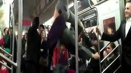 Трюкачка в метро смотреть видео - 0:32