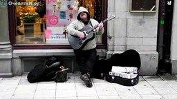 Смотреть Талантливый уличный певец