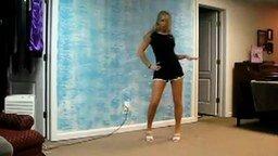 Смотреть Ногу подвернула во время танца
