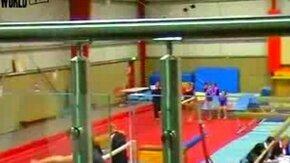 Смотреть Неудачный прыжок полной гимнастки