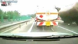 Смотреть Очень перегруженный грузовик