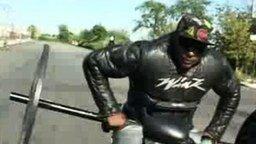 Трюк мотоциклиста со штангой