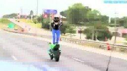 Смотреть Крутой трюк на мотоцикле