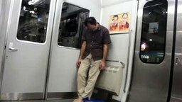 Смотреть Измотанный пассажир метро