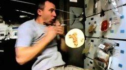 Смотреть Сложно кушать в космосе