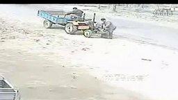 Неукротимый самодельный трактор смотреть видео прикол - 1:04