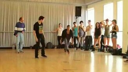 Смотреть Танцует и глумится