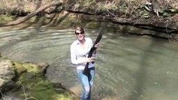 Девушка + оружие = радуга смотреть видео прикол - 0:23