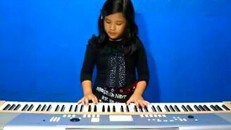 Смотреть Маленькая талантливая певица