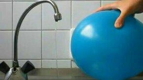 Смотреть Наэлектризованный шарик и струя воды