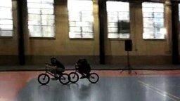 Смотреть Потрясающий трюк на BMX