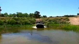 Смотреть Уаз переплыл реку