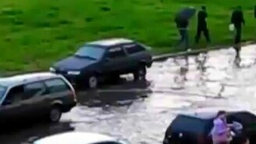 Кому наводнение, а кому развлечение... смотреть видео прикол - 0:46