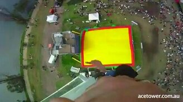 Смотреть Прыжки с огромной высоты на батут