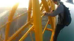Смотреть На огромной высоте моста