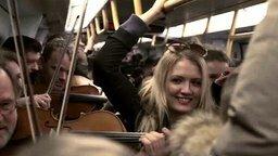 Смотреть Музыкальный флешмоб в метро