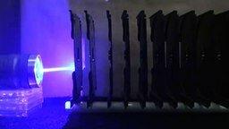 Смотреть Лазер против пластиковых коробочек