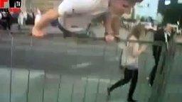 Неудача в прыжке через забор смотреть видео прикол - 0:18