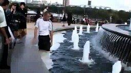 Смотреть Крещение молодожёнов в фонтане